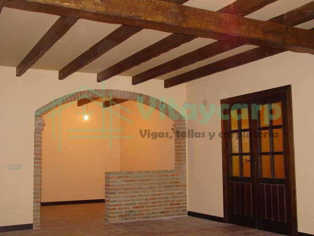 Forrado de techo con vigas decorativas y puertas de paso - Vigas decorativas huecas ...