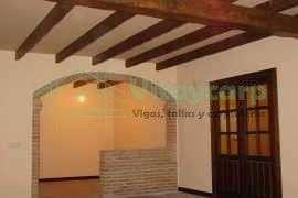 Forrado de techo con vigas decorativas y puertas de paso